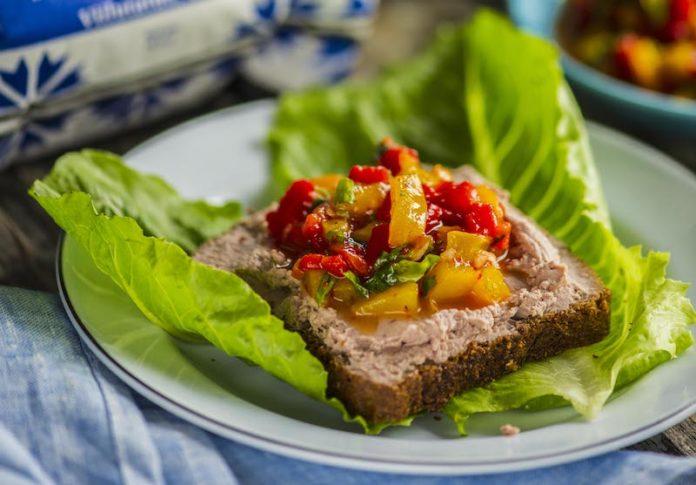 Hanemaksapasteediga leib terava ahjupaprikasalatiga - Retseptisahtel