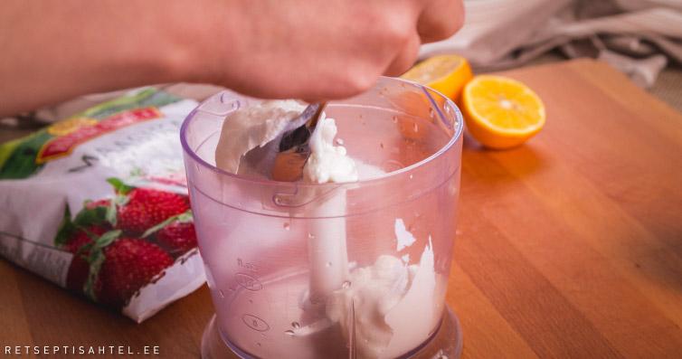 Külmutatud jogurt aed- ja põldmarjadega Retseptisahtel