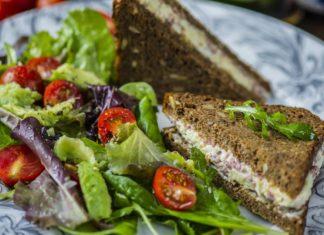 Kihiline võileib salaami-juustumäärde ja värske salatiga - Retseptisahtel