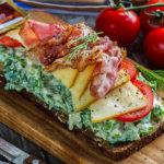 Pirakas einevõileib krõbeda peekoni ja majoneesisalatiga - Retseptisahtel