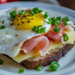 Tõhus hommikusöögileib toorsuitsusingi, juustu ja praemunaga - Retseptisahtel